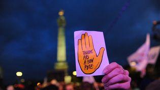 Une femme brandit le logo de SOS Racisme. (photo d'illustration) (NATHANAEL CHARBONNIER / FRANCE-INFO)