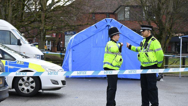 Des policiersbloquent l'accès au lieu où un ancien espion russe a été retrouvé inconscient, à Salisbury (Royaume-Uni), le 6 mars 2018. (CHRIS J RATCLIFFE / AFP)