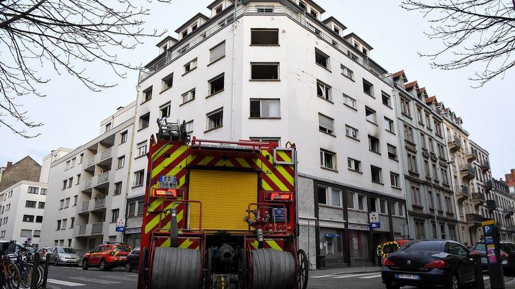 Des pompiers stationnés devant un immeuble incendié de Strasbourg (Bas-Rhin),le 27 février 2020. (PATRICK HERTZOG / AFP)