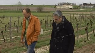A Eymet (Dordogne), 2700 habitants, le viticulteur britannique Tim Richardson (à gauche) se présente au poste de conseiller municipal, sur la liste du maire sortant (à droite). ( FRANCE 2 / FRANCETV INFO)