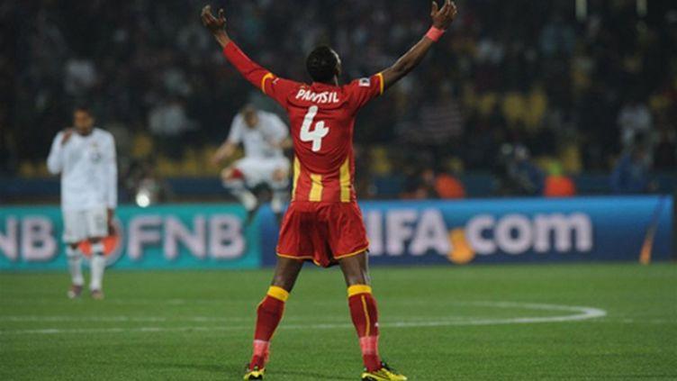 Le Ghanéen John Paintsil lève les bras après le but de Boateng contre les USA (PEDRO UGARTE / AFP)