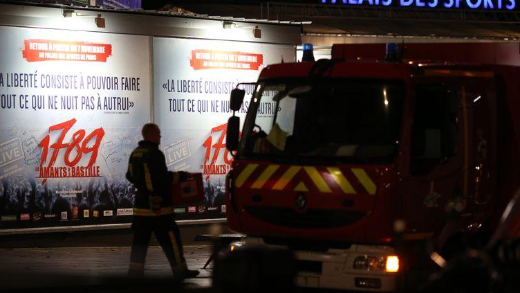 """Un pompier circule devant le Palais des Sports, où une explosion a retenti durant les répétitions de la comédie musical """"1789 Les Amants de la Bastille"""", vendredi 8 novembre 2013 à Paris. (KENZO TRIBOUILLARD / AFP)"""