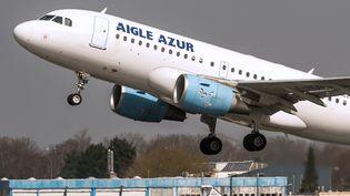 Un Airbus A318de la compagnie Aigle Azur décolle de l'aéroport de Lille-Lesquin (Nord), le 10 avril 2015. (PHILIPPE HUGUEN / AFP)