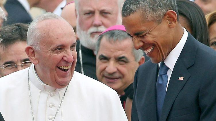 Le pape François (à gauche) plaisante avec le président américain, Barack Obama, lors de son arrivée sur la base militaire d'Andrews (Maryland, Etats-Unis), le 22 septembre 2015. (CHIP SOMODEVILLA / GETTY IMAGES NORTH AMERICA / AFP)