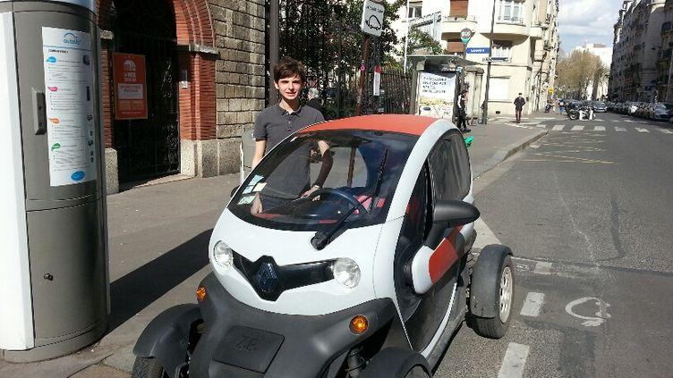 Le jeune propriétaire d'une Renault Twizy électrique à Paris en mars 2017. (ANNE-LAURE BARRAL / RADIO FRANCE)