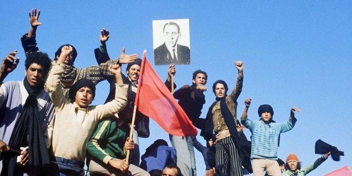 Premiers rassemblements dès le 25 octobre pour la Marche verte avec des portraits du roi Hassan II. (GEORGES BENDRIHEM / AFP)