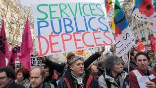 Manifestation des fonctionnaires de la fonction publique territoriale et de l'État à l'appel de trois syndicats, dont la FSU, le 21 janvier 2010. (JACQUES DEMARTHON / AFP)