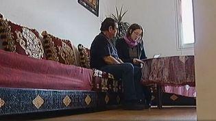 Capture d'écran - Un homme et une femme s'inquiètent de savoir s'ils pourront payer leurs prochaines factures d'électricité, àLaval (Mayenne), endécembre 2012. (FRANCETV INFO / FRANCE 2)