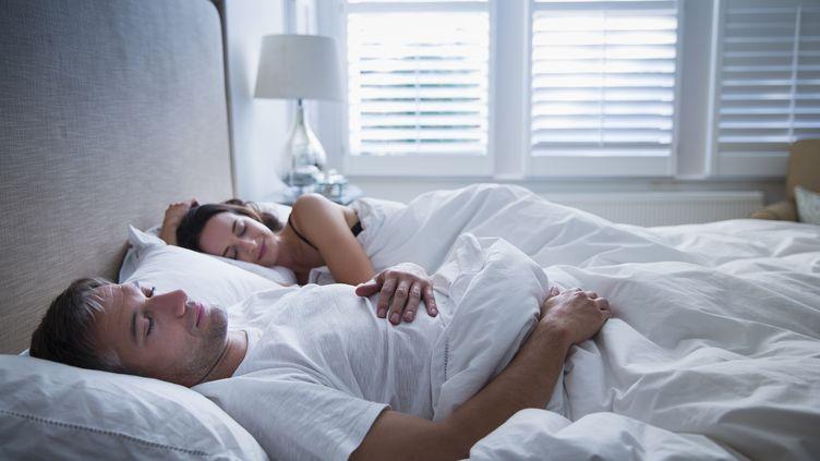 """Selon cinq experts interrogés par """"The Conversation"""", pour un article publié le 1er mars 2019, nous n'avons pas tous besoin de huit heures de sommeil par nuit (photo d'illustration). (CAIA IMAGE / SCIENCE PHOTO LIBRA / NEW / AFP)"""