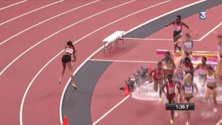 La Kényane Beatrice Chepkoech rebrousse chemin après avoir compris qu'elle avait fait une erreur, en finale du 3 000 mètres steeple des Mondiaux de Londres, le 11 août 2017. (Francetv sport)