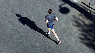 Un joggeur dans une rue de Paris, le 4 avril 2020. (EMMANUEL FRADIN / HANS LUCAS / AFP)