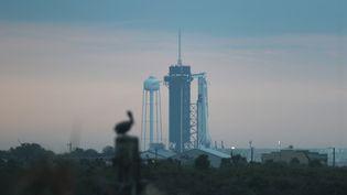 Une fusée Falcon 9 de SpaceX, avec à son sommet la nouvelle capsule Crew Dragon, surle pas de lancement numéro 39A, du centre spatial Kennedy, en Floride (Etats-Unis), le 27 mai 2020. (JOE RAEDLE / GETTY IMAGES NORTH AMERICA / AFP)