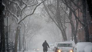 Un homme marche dans le quartier de West Village à New York (Etats-Unis), lors d'une tempête de neige, le 9 février 2017. (BRYAN R. SMITH / AFP)