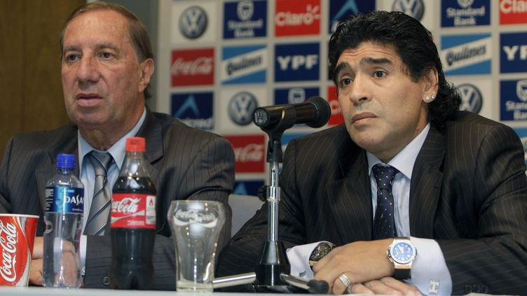 Diego Maradona (à droite) et l'ancien sélectionneur de l'équipe d'Argentine, Carlos Bilardo, lors d'une conférence de presse, à Buenos Aires, le 4 novembre 2008. (ALEJANDRO PAGNI / AFP)