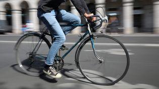 Un cycliste à Paris rue de Rivoli le 4 septembre 2020. (ARNAUD JOURNOIS / PHOTOPQR / LE PARISIEN / MAXPPP)
