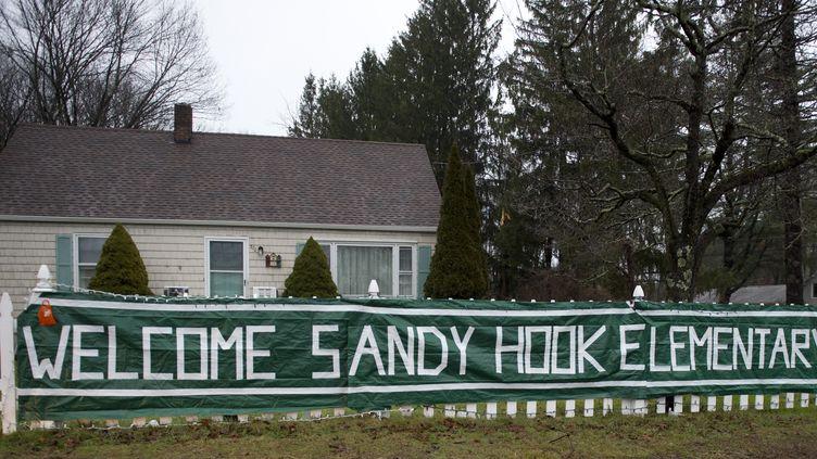 Les élèves de Newtown, dans le Connecticut (Etats-Unis),vont retrouver une autre école aux couleurs de l'ancienne. Celle deChalk Hillles accueillera à Monroe, à une dizaine de kilomètres de là, jeudi 3 janvier 2013. (DON EMMERT / AFP)