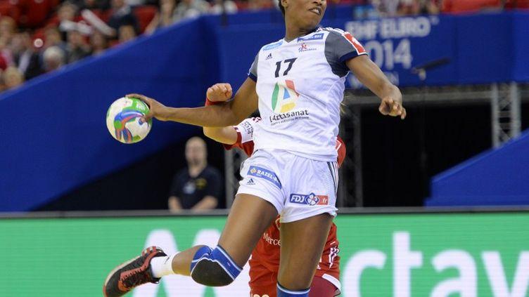 L'arrière gauche des Bleues, Siraba Dembélé. (ATTILA KISBENEDEK / AFP)