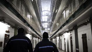 Deux surveillants pénitentiaires travaillent à la prison de Fresnes (Val-de-Marne), le 17 octobre 2018. (PHILIPPE LOPEZ / AFP)