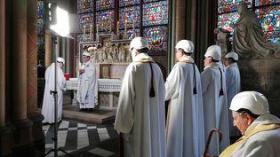 Une messe est célébrée à l'intérieur de la cathédrale Notre-Dame de Paris le 15 juin 2019, deux mois après l'incendie qui a ravagé la flèche, la toiture et une partie de la voûte de l'édifice. (KARINE PERRET / POOL / AFP)