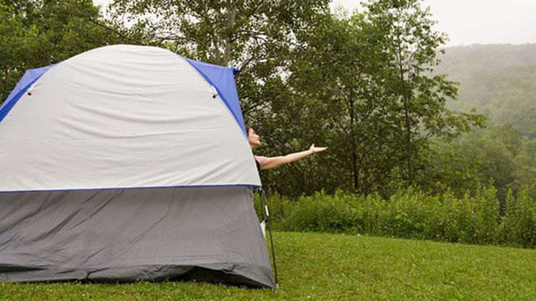 Le camping est un mode d'hébergement que beaucoup affectionne pendant les vacances. Certains privilégient le confort. D'autres, en revanche, fuient les campings luxueux et recherchent l'authenticité. (SONYA FARRELL / IMAGE SOURCE / AFP)