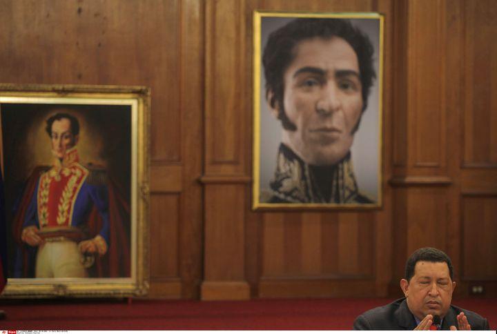 L'ancien président vénézuelien, Hugo Chavez, sous des portraits de Simon Bolivar, le 9 octobre 2012 à Caracas (Venezuela). (ENRIC MARTI/AP/SIPA / AP)