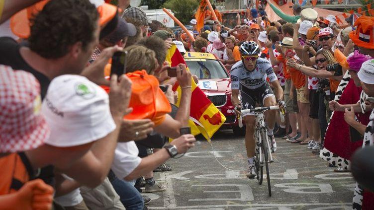 Alberto Contador entouré par la foule lors du Tour de France 2011. (LIONEL BONAVENTURE / POOL)