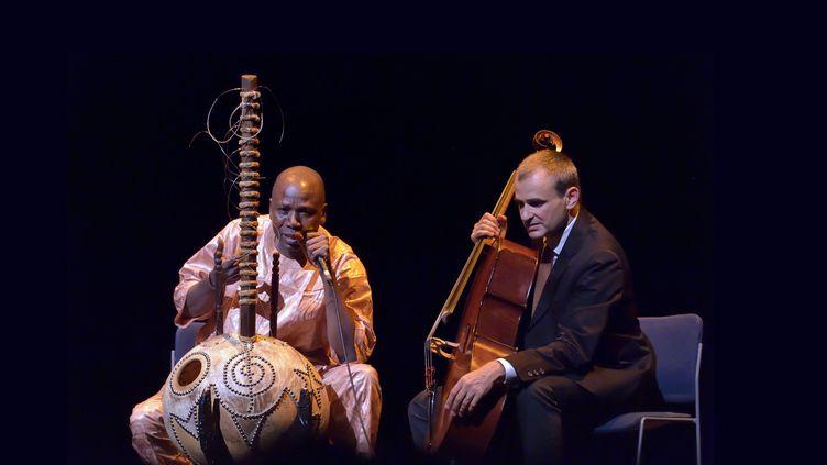 Ballaké Sissoko sur scène avec le violoncelliste Vincent Segal, le 9 septembre 2015 à Paris, au festival Jazz à la Villette (SADAKA EDMOND / SIPA)