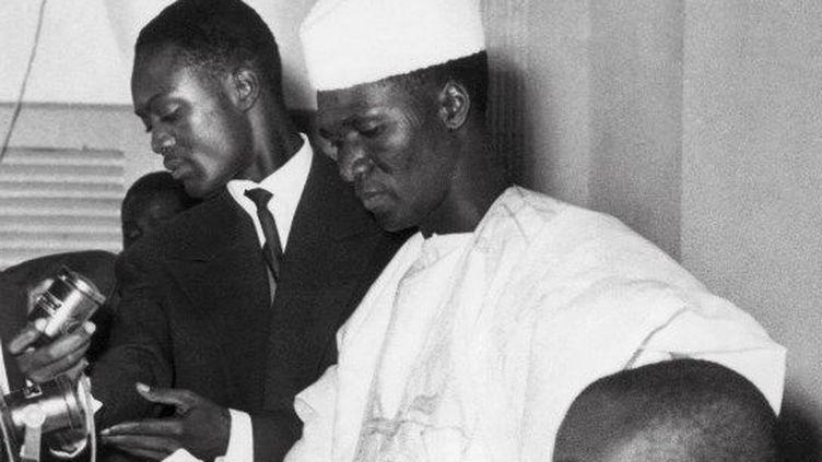 Ahmed Sekou Toure (en blanc, debout) proclame l'indépendance de la Guinée devant le parlement national à Conakry (octobre 1958). (AFP FILES / AFP)