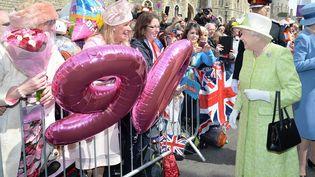 La reineElizabeth II prend debain de foule pour son 90e anniversaire à Windsor, à l'ouest de Londres, le 21 avril 2016 (JOHN STILLWELL / AFP)