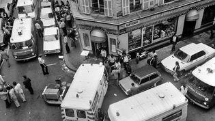 Les secours interviennent devant le restaurant Goldenberg, frappé par un attentat, le9 août 1982. (JACQUES DEMARTHON / AFP)