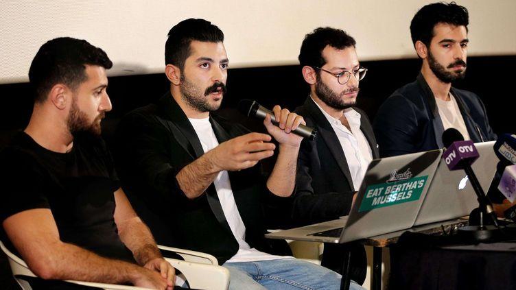 Hamed Sinno, le chanteur du groupe de rock libanais, Mashrou'Leila, dénonce en conférence de presse à Beyrouth le 28 avril 2016, «la censure des artistes» et les poursuites contre «les défenseurs des libertés sexuelle et religieuse», après l'interdiction de leur concert à Amman (Hussein Malla/AP/SIPA)