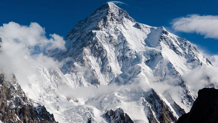 Le K2 vu du camp de base de Broad Peak sur le glacier Baltoro au Pakistan. (BRAD JACKSON / MOMENT RF / GETTY)