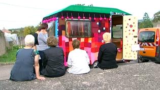Les tricoteuses de Romont (Vosges) accueillent la Babayaga  (France3 / Culturebox)