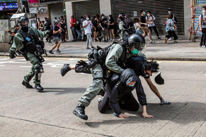 Des manifestants sont arrêtés par la police dans le quartier de Causeway Bay, à Hong Kong, le 24 mai 2020. (ISAAC LAWRENCE / AFP)