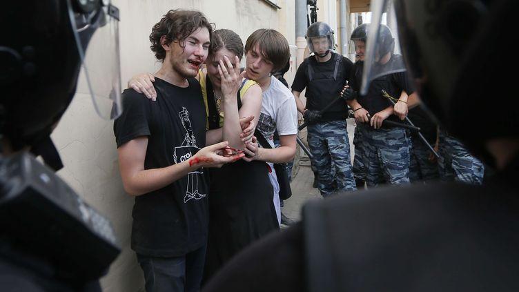 De jeunes militants de la cause homosexuelle, passés à tabac par des opposants, après une manifestation pro-gay, à Saint-Petersbourg (Russie), le 29 juin 2013. (DMITRY LOVETSKY / AP/ SIPA)