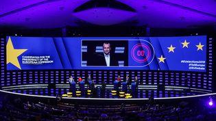 Les candidats à la présidence de la Commission européenne, sur le plateau du débat organisé dans l'hémicycle du Parlement européen, à Bruxelles, le 15 mai 2019. (ARIS OIKONOMOU / AFP)