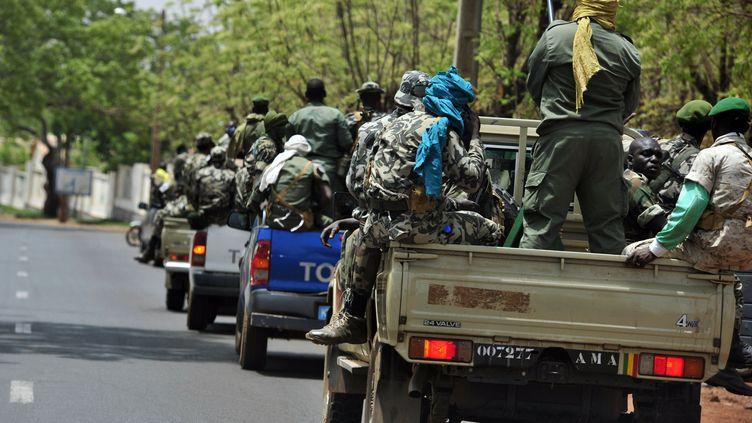 Des soldats patrouillent dans la ville de Kati (Mali), le 1er avril 2012. (ISSOUF SANOGO / AFP)