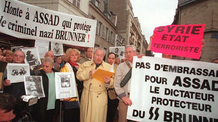 Le président de l'association des Fils et des Filles de Déportés Juifs de France (FFDJF), Me Serge Klarsfeld au centre, lors d'une manifestation pour protester contre la venue en France du président syrien Hafez el-Assad, «protecteur» du criminel nazi Alois Brunner, le 16 juillet 1998. (JACK GUEZ/AFP)