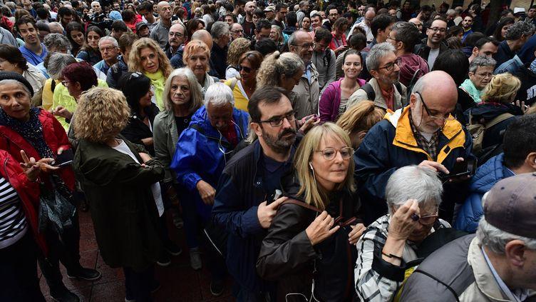 Des centaines de personnes sont massées devant un bureau de vote pour le référendum d'autodétermination de la Catalogne, le 1er octobre 2017, à Barcelone (Espagne). (PIERRE-PHILIPPE MARCOU / AFP)