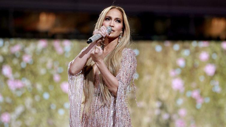 """La chanteuse Jennifer Lopez sur scène àInglewood, près de Los Angeles, pour le concert """"Vax Live"""" (2 mai 2021) (EMMA MCINTYRE / GETTY IMAGES NORTH AMERICA / AFP)"""