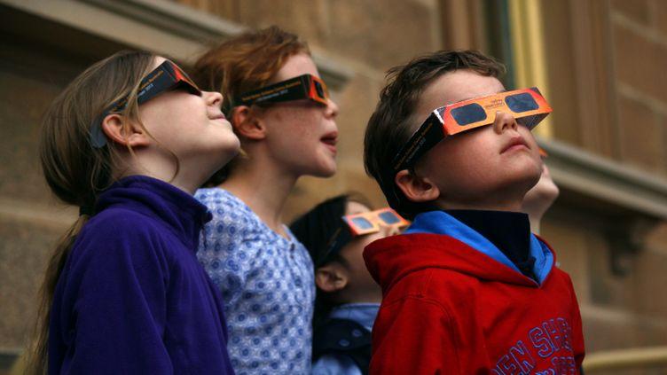 (Des lunettes spéciales sont obligatoires pour regarder une éclipse solaire. Illustration. © Reuters)