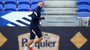 KarimBenzema à l'entraînement sur la pelouse du Groupama Stadium, le 6 septembre (FRANCK FIFE / AFP)