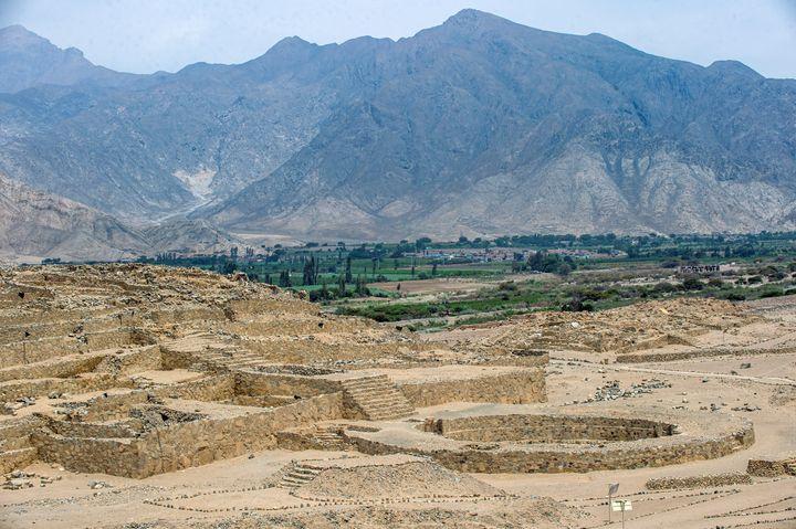 Une vue panoramique du site archéologique de Caral, à Supe (Pérou), le 13 janvier 2021. (ERNESTO BENAVIDES / AFP)