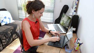 Une femme travaille à son domicile. (MAXPPP)
