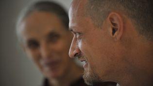 Michäl Blanc sous les yeux de sa mère, le 19 avril 2011, à la prison de Jakarta (Indonésie). (ROMEO GACAD / AFP)
