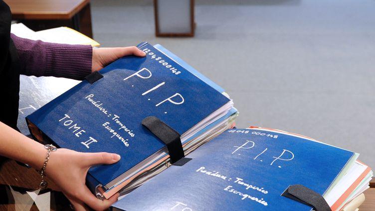 Les dossiers du tribunal correctionnel de Marseille (Bouches-du-Rhône) sur l'affaire PIP, le 18 avril 2013. (ANNE-CHRISTINE POUJOULAT / AFP)