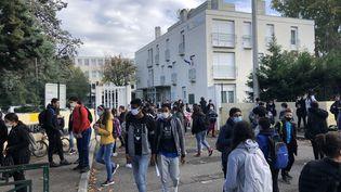 Unesortie du collège Joseph Roumanille à Avignon dans le Vaucluse avec des collégiens masqués. (ISABELLE GAUDIN / RADIOFRANCE)