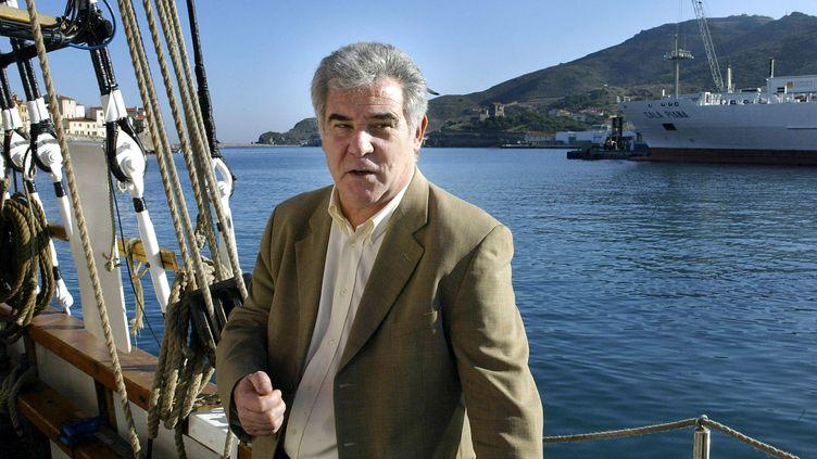 """Georges Pernoud, animateur de """"Thalassa"""", ici à bord du voilier """"Le Marité"""" à Port-Vendres (Pyrénées-Orientales) sur le tournage de l'émission, le 13 janvier 2004. (RAYMOND ROIG / AFP)"""