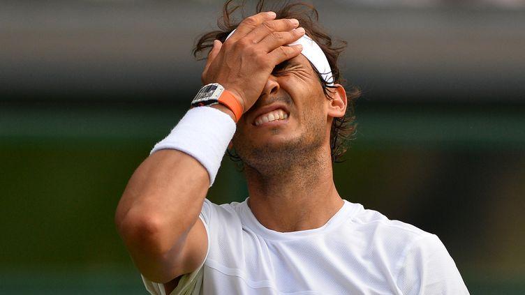 Rafael Nadal, le 2 juillet 2015 sur le central de Wimbledon, à Londres (Royaume-Uni). (GLYN KIRK / AFP)