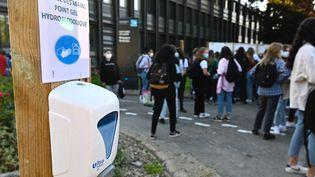 Des lycéens masqués en raison du Covid-19 devant leur lycée (photo d'illustration). (DAMIEN MEYER / AFP)
